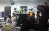 Cantor Clayton Queiroz com Gabiele e Graciele cantando Escudo