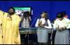 Alain Moloto chante Mosantu avec les étudiants de l'école d'adoration.flv