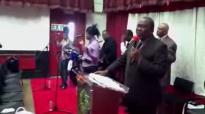 Pastor David Ntumba chez Papa Alamba.flv