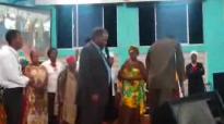 Mremavu atembea kwa Jina la Yesu. Bishop kakobe.flv